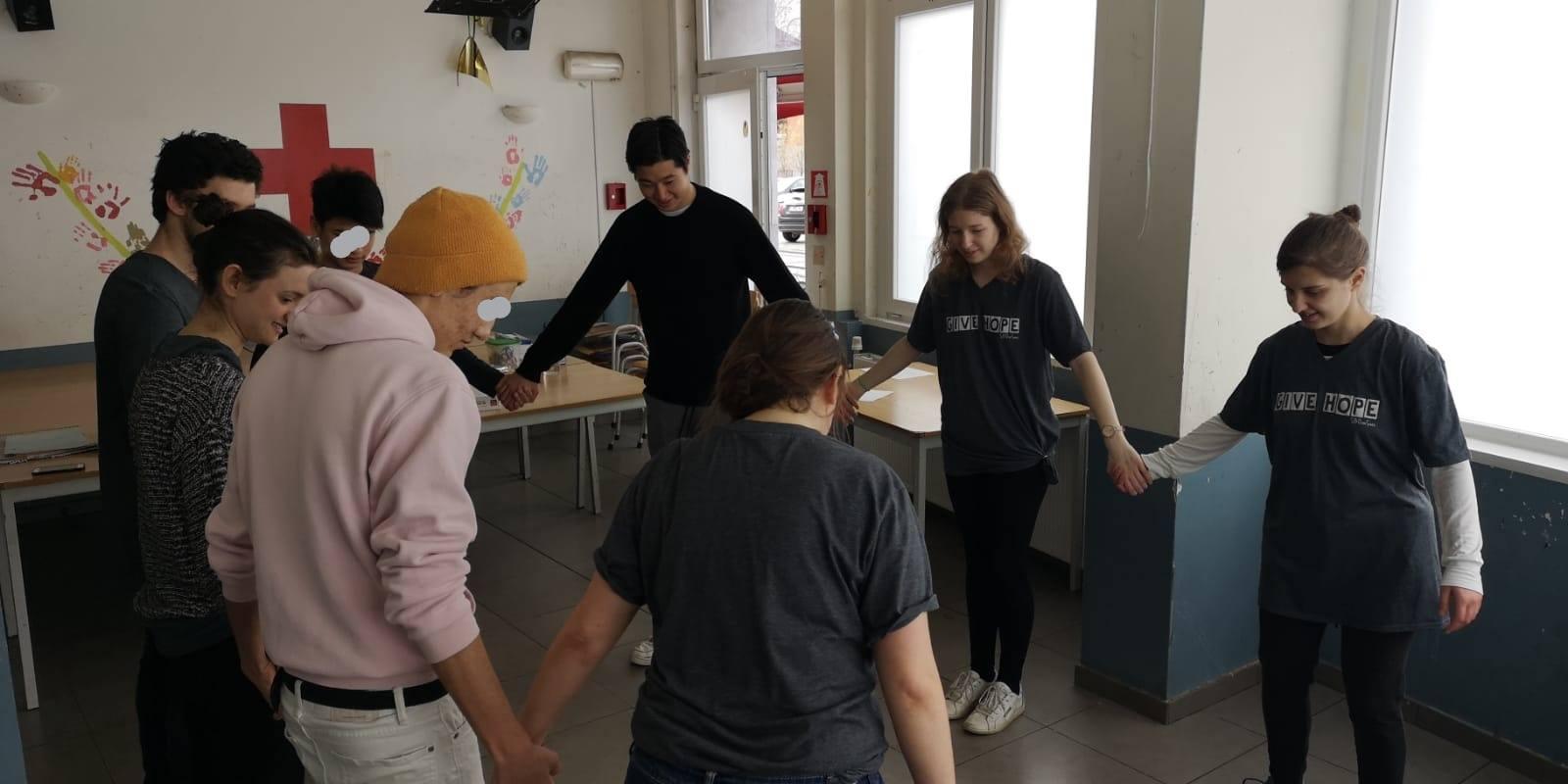 Un jeune réfugié syrien enseigne le Dabke aux volontaires de SB Espoir!